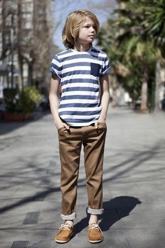Cómo combinar: camiseta de rayas horizontales azul marino, pantalones marrónes, náuticos marrón claro