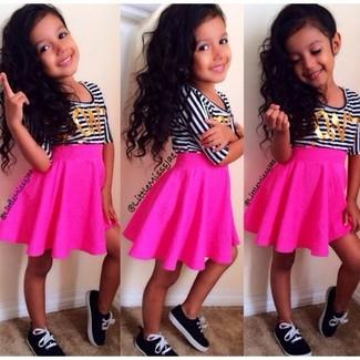Cómo combinar: camiseta de rayas horizontales en blanco y negro, falda rosa, zapatillas negras