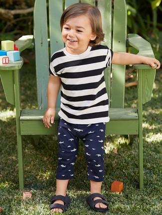 Look de moda: Camiseta de rayas horizontales en blanco y negro, Pantalón de chándal azul marino, Sandalias negras