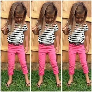 Cómo combinar: camiseta de rayas horizontales en blanco y negro, pantalones rosa, sandalias negras