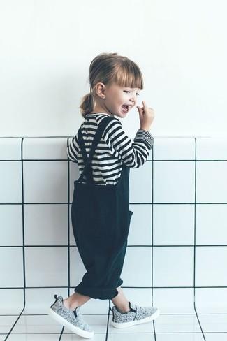 Cómo combinar: camiseta de rayas horizontales en blanco y negro, peto verde oscuro, zapatillas grises