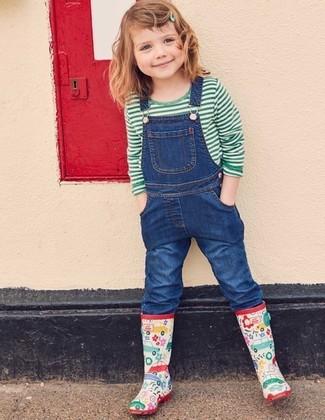 Cómo combinar: camiseta de rayas horizontales verde, peto vaquero azul, botas de lluvia en multicolor