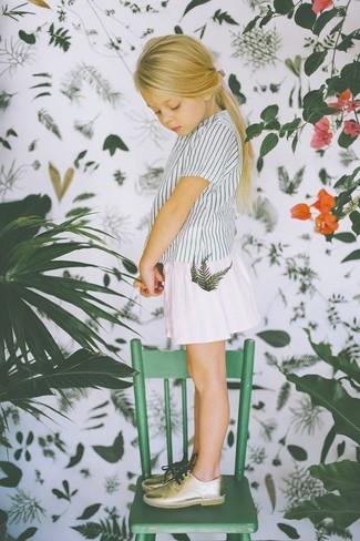 Cómo combinar: camiseta de rayas verticales blanca, falda blanca, zapatos oxford dorados