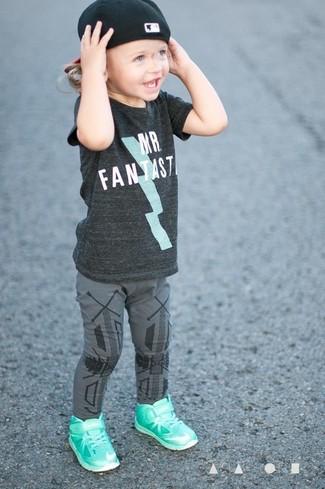 Cómo combinar: camiseta en gris oscuro, leggings grises, zapatillas en verde menta, gorra de béisbol negra