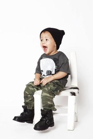 Cómo combinar: camiseta en gris oscuro, pantalones de camuflaje verde oliva, botas negras, gorro negro