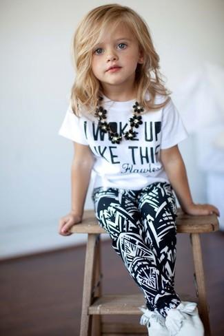 Cómo combinar: camiseta estampada blanca, pantalón de chándal en negro y blanco, botas safari blancas