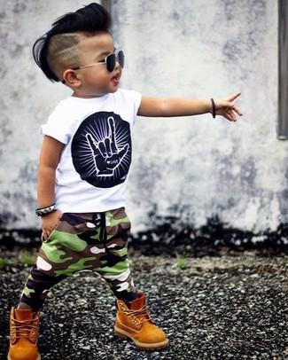 Cómo combinar: camiseta estampada en blanco y negro, pantalón de chándal de camuflaje verde oliva, botas mostaza