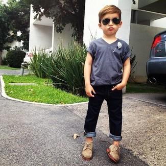 Cómo combinar: camiseta gris, vaqueros azul marino, zapatos oxford marrón claro