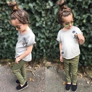 Cómo combinar: camiseta gris, vaqueros verde oliva, bailarinas negras