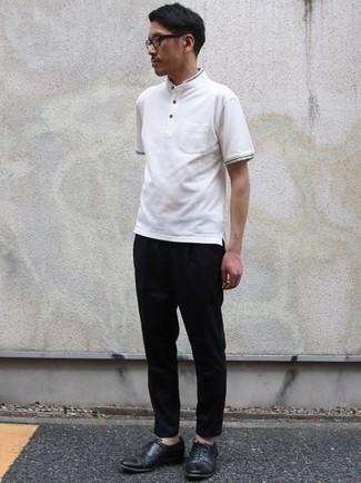 Cómo combinar unos zapatos oxford de cuero negros: Empareja una camiseta henley blanca junto a un pantalón chino negro para una vestimenta cómoda que queda muy bien junta. Zapatos oxford de cuero negros levantan al instante cualquier look simple.