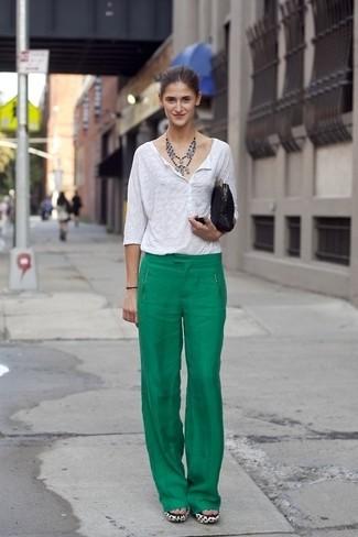 Cómo combinar: camiseta henley blanca, pantalones anchos verdes, cartera sobre de ante negra, collar plateado