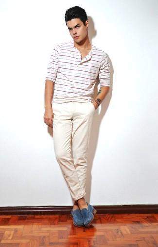 Cómo combinar: camiseta henley de rayas horizontales blanca, pantalón chino en beige, mocasín de ante azul