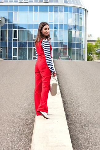 Cómo combinar: camiseta henley de rayas horizontales en azul marino y blanco, peto rojo, tenis de lona blancos, cartera de cuero en beige