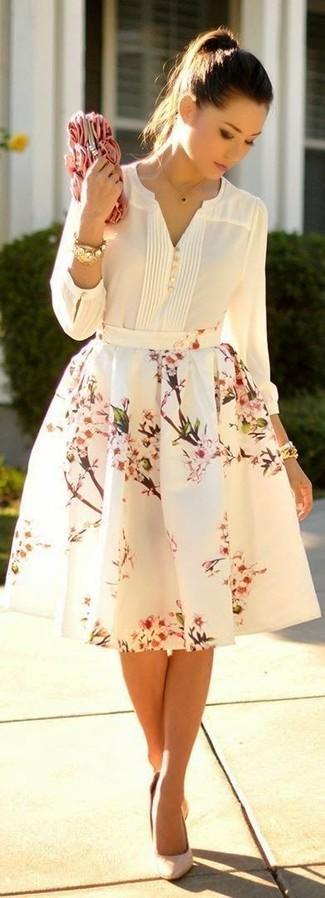 Cómo combinar: camiseta henley blanca, falda campana con print de flores blanca, zapatos de tacón de cuero en beige, cartera sobre con print de flores rosada