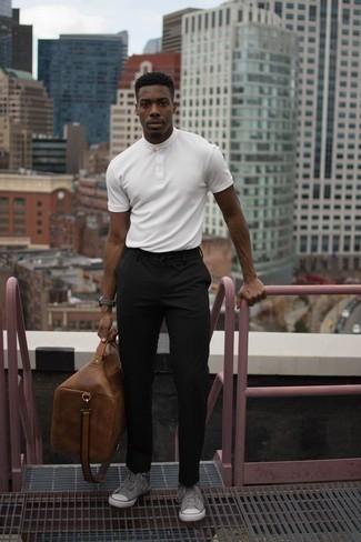 Cómo combinar un reloj: Emparejar una camiseta henley blanca con un reloj es una opción estupenda para el fin de semana. Zapatillas altas de lona grises proporcionarán una estética clásica al conjunto.