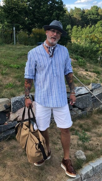 Cómo combinar: camiseta henley de rayas verticales celeste, pantalones cortos blancos, zapatos brogue de cuero en marrón oscuro, bolsa de viaje de lona en beige