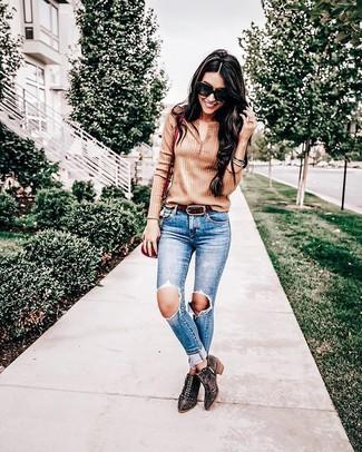 Cómo combinar: camiseta henley marrón claro, vaqueros pitillo desgastados azules, botines de ante con tachuelas en marrón oscuro, bolso bandolera de cuero rojo