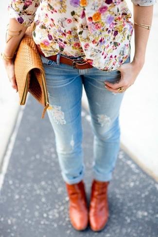 Cómo combinar: camiseta henley con print de flores blanca, vaqueros pitillo desgastados celestes, botines de cuero en tabaco, cartera sobre de cuero marrón claro