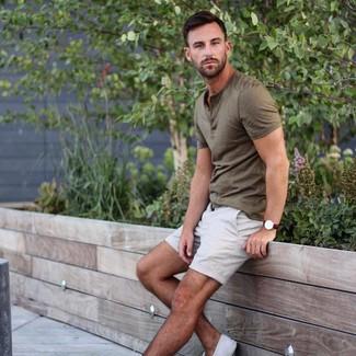 Cómo combinar: camiseta henley verde oliva, pantalones cortos blancos, tenis de lona blancos, reloj de cuero en marrón oscuro