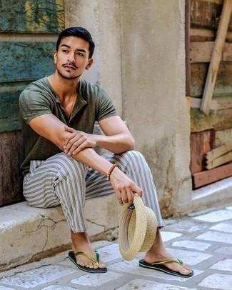 Outfits hombres estilo relajado: Elige una camiseta henley verde oscuro y un pantalón chino de rayas verticales gris para un look diario sin parecer demasiado arreglada. ¿Quieres elegir un zapato informal? Haz chanclas verdes tu calzado para el día.