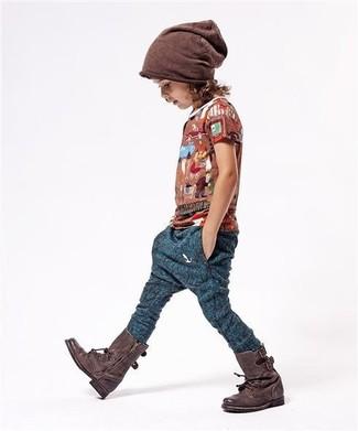 Cómo combinar: camiseta marrón, pantalón de chándal azul marino, botas en marrón oscuro, gorro marrón