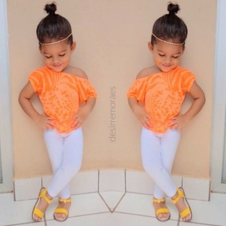 Cómo combinar: camiseta naranja, leggings blancos, sandalias amarillas
