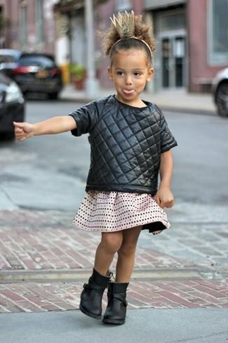 Cómo combinar: camiseta negra, falda en beige, botas negras
