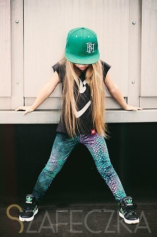 Cómo combinar: camiseta negra, leggings verdes, zapatillas negras, gorra de béisbol verde