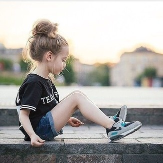 Cómo combinar: camiseta negra, pantalones cortos vaqueros azul marino, zapatillas grises