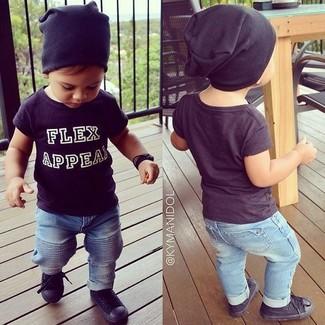 Cómo combinar: camiseta negra, vaqueros celestes, zapatillas negras, gorro negro