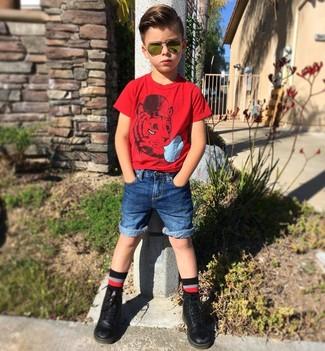 Cómo combinar: camiseta roja, pantalones cortos vaqueros azules, botas negras, calcetines negros
