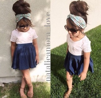 Cómo combinar: camiseta rosada, falda azul marino, sandalias marrón claro