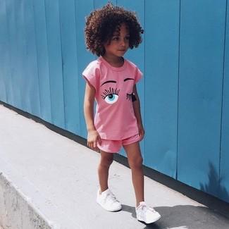 Cómo combinar: camiseta rosada, pantalones cortos rosados, zapatillas blancas