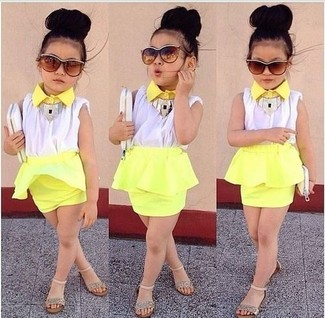 Cómo combinar: camiseta sin manga blanca, falda amarilla, sandalias doradas