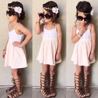 Cómo combinar: camiseta sin manga blanca, falda rosada, sandalias en marrón oscuro
