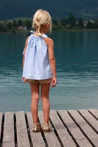 Cómo combinar: camiseta sin manga celeste, pantalones cortos marrón claro, sandalias doradas