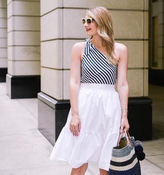 Cómo combinar: camiseta sin manga de rayas verticales en blanco y negro, falda midi plisada blanca, bolsa tote de paja de rayas horizontales negra