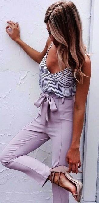 Cómo combinar: camiseta sin manga de rayas verticales en blanco y negro, pantalón de pinzas rosado, sandalias de tacón de ante rosadas