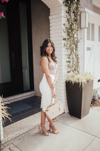 Cómo combinar: camiseta sin manga en beige, falda lápiz blanca, sandalias de tacón de cuero en beige, bolsa tote de cuero en beige