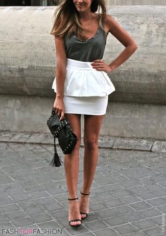 Cómo combinar: camiseta sin manga en gris oscuro, falda con volante blanca, sandalias de tacón de cuero negras, cartera sobre de cuero con tachuelas negra
