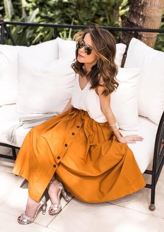 Cómo combinar: camiseta sin manga de seda blanca, falda campana mostaza, sandalias de tacón de cuero con print de serpiente grises, gafas de sol en negro y dorado