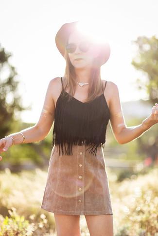 Cómo combinar: camiseta sin manga сon flecos negra, falda con botones de ante marrón claro, sombrero de lana marrón, pulsera dorada