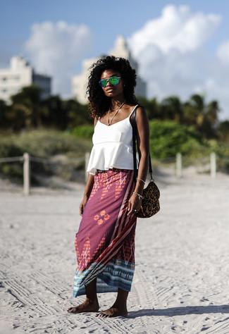 Cómo combinar: camiseta sin manga con volante blanca, falda larga estampada burdeos, bolso bandolera de ante de leopardo marrón, gafas de sol verdes