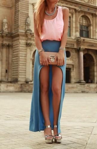 Cómo combinar: camiseta sin manga rosada, falda larga con recorte azul, sandalias de tacón de cuero plateadas, cartera sobre de cuero en beige