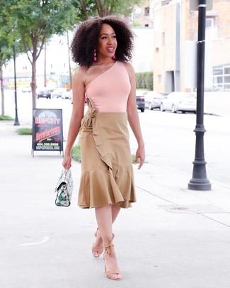 Cómo combinar: camiseta sin manga rosada, falda midi plisada marrón claro, sandalias de tacón de ante marrón claro, cartera de cuero verde