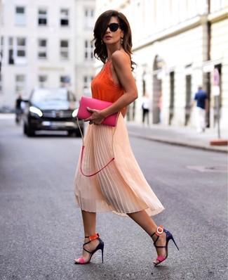 Cómo combinar: camiseta sin manga de seda naranja, falda midi de gasa plisada naranja, sandalias de tacón de cuero en multicolor, bolso bandolera de cuero rosa