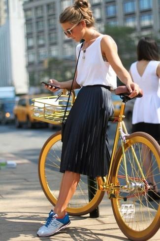 Opta por una camiseta sin manga blanca y una falda midi plisada negra para un look diario sin parecer demasiado arreglada. Tenis en blanco y azul contrastarán muy bien con el resto del conjunto.