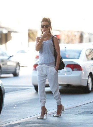 Camiseta sin manga gris pantalon de chandal blanco zapatos de tacon blancos large 1502