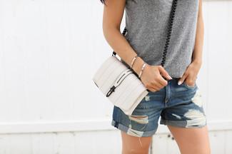 Cómo combinar: camiseta sin manga gris, pantalones cortos vaqueros desgastados azules, bolso bandolera de cuero blanco