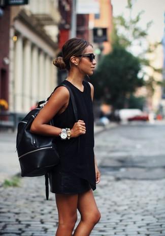 Cómo combinar: camiseta sin manga negra, minifalda de cuero negra, mochila de cuero negra, gafas de sol negras